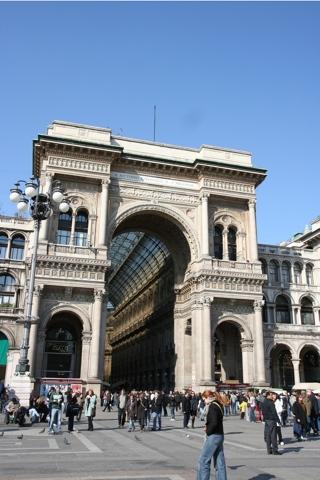 L'arc de Triomphe , entrée de la galerie Victor Emanuel II depuis la place du Dôme