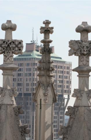 Des terrasses de la cathédrale le gratte-ciel en champignon