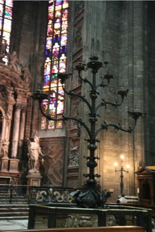 A l'intériur de la Cathédrale, la chapelle Madonna et le candélabre .