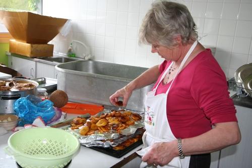 Une des 3 cuisinières pour 80 convives...