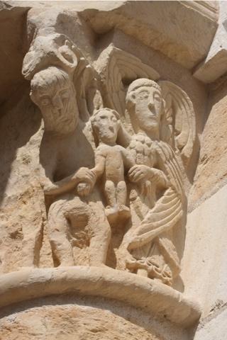 Les différents chapiteaux enseignent l'histoire sainte. Ici la Visitation.