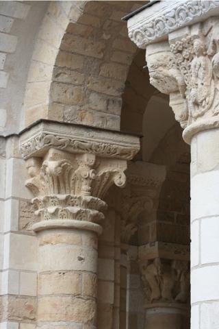 Ici les deux orientations de la sculture romane se cotoient, les chapiteaux feuillagés et  les chapiteaux historiés.