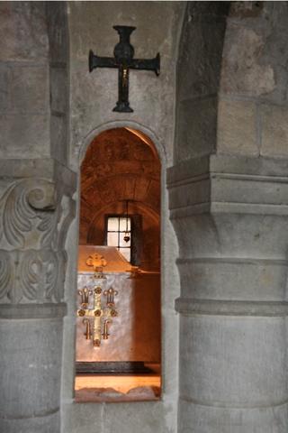 La crypte renferme les reliques de St Benoit qui ont probablement été à l'origine de ce monastère.