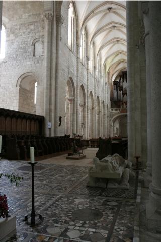 La grande nef vue du transept. le sol du coeur est couvert d'un agréable pavement en mosaïque de marbre.