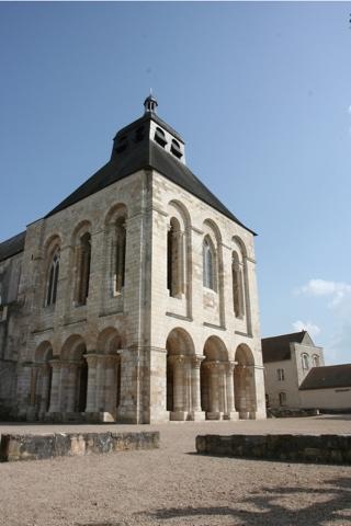 Le clocher-porche est une des parties la plus anciennes de l'abbatiale, le rez de chaussée est divisé dans chaque sens en trois nefs égales.