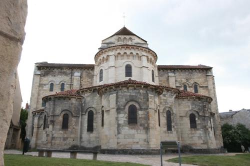 Eglise St Etienne qui fait partie d'un prieuré clunisien (1063 à 1097)