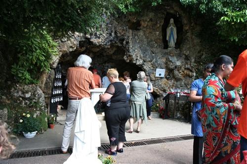 Reconstitution de la grotte de Lourdes, plus calme...