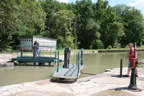 Les portes amont sont ouvertes et la péniche peut poursuivre sa remontée du canal.