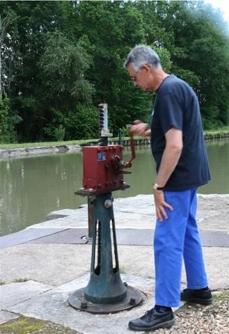 Ouverture des vannes qui remplissent l'écluse pour remonter le niveau