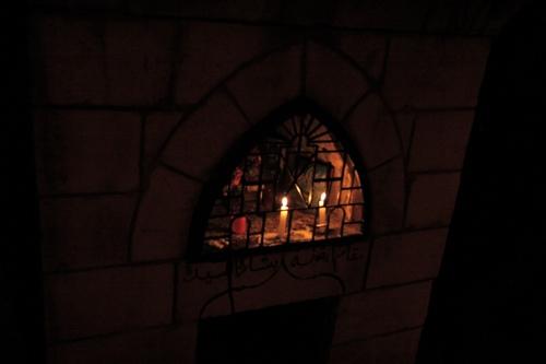 Dans la nuit deux bougies ont été allumées pour prier devant ce mazar