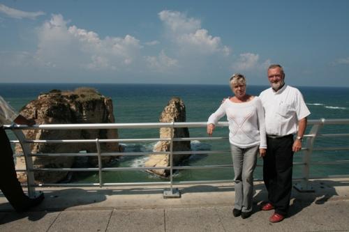 Colette et Bernard à Beyrouth devant les célèbres rochers aux pigeons