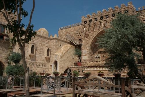 Sud Beyrouth, un haut dignitaire musulman a construit un hôtel-restaurant typique de la région.