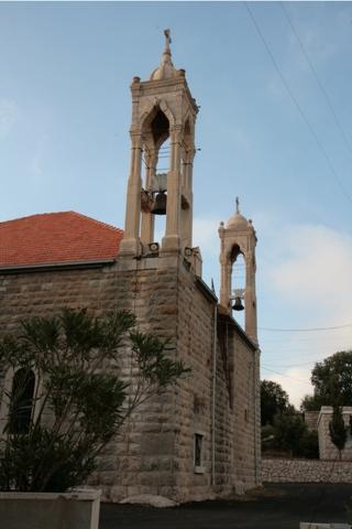 Les deux églisesdu village : orthodoxe et catholique