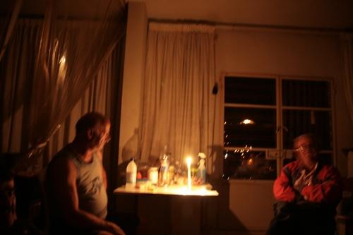 Lors de notre rencontre, pas d'électricité sauf au fond dans la montagne une propriété très éclairée !