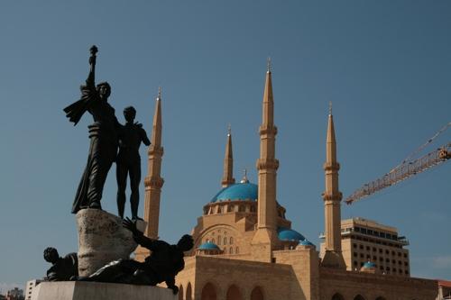 Place des martyrs, le Monuments des martyrs symbole de l'Indépendance et derrière autre temps, la nouvelle mosquée construite récemment.