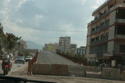 Sud de Beyrouth, après les raids de l'armée israélienne de juillet 2006, un pont en reconstruction.
