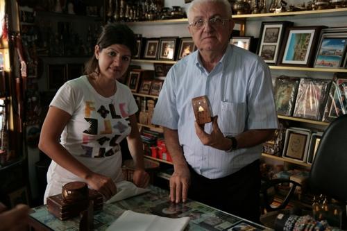 Dans le quartier arménien, Jack Gifts et sa vendeuse, art Center.