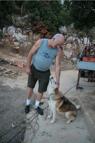 Victor et un de ses deux chiens.