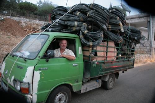 Victor est commerçant avant tout, là il revient de Beyrouth avec des tuyaux d'arrosage...à vendre.