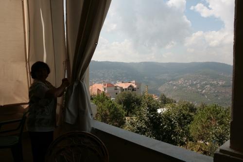 Vue de la terrasse qui surplombe la vallée