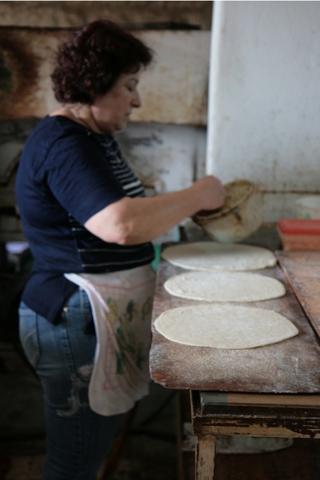 Yvonne l'épicière-pizzaiolo entarin de confectionner ses spécialités