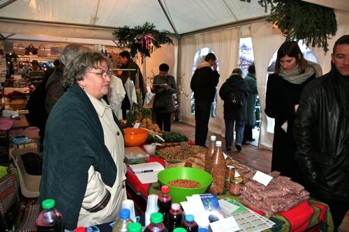 Sous la tente du pôle Commerce Equitable du Marché de Noël