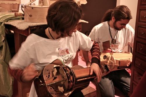 Les apprentis luthiers sont aussi des musiciens passionnés, ici jouant de la vielle, cet instrument du folklore berrichon.