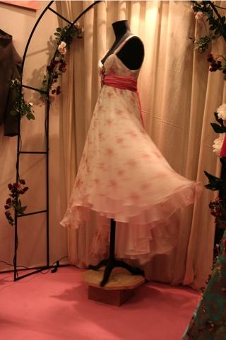 Faire tourner le mannequin donne de l'allure à l'étoffe de cette robe.Ancienne danseuse, Myriam crée des costumes pour le théatre.