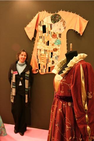 Myriam créatrice, styliste et costumière a particulièrement soigné son stand. Derrière elle la reproduction en broderie et peinture d'un tableau contemporain.