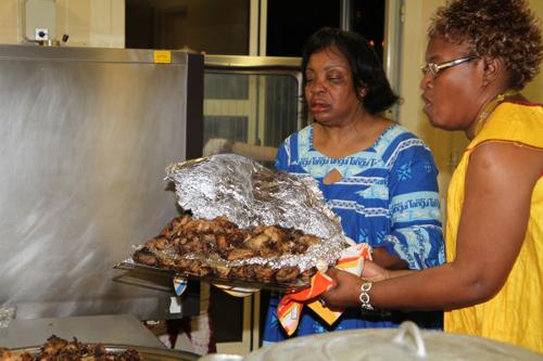 En cuisine, Véronique et Philomène préparent les plats préparés depuis quelques jours