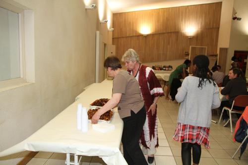 Anne Marie et Colette préparent le service