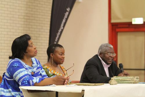 Avant le repas Véronique, sa fille et son frère présente les objectifs de l'association