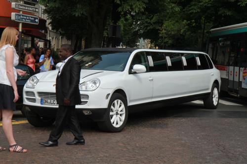 Je ne sais pas pourquoi, toutes les mariées rêvent d'être reines et de se marier dans une immense limousines qui stationnent sur la place de la Mairie. Il faut voir les embouteillages !!!