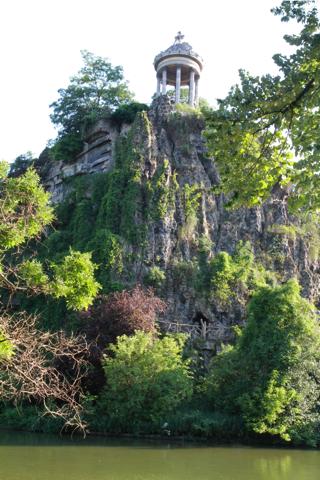 Ce temple grec (il faut que je demande confirmation à mon père célèbre héléniste...) domine le Parc ; il y a toujours du monde la haut . Nous y sommes allés l'autre dimanche , heureusement mon papa est fort parce que ça monte raide et avec lui je n'avais pas peur !