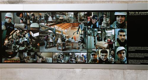 Une affiche rend hommage aux innombrables sculpteurs qui donnent vie à l'édifice.