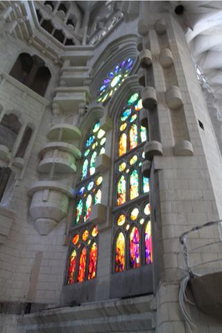 Deux séries de vitraux sont installés donnant à l'intérieur une lumière déjà sacrée.