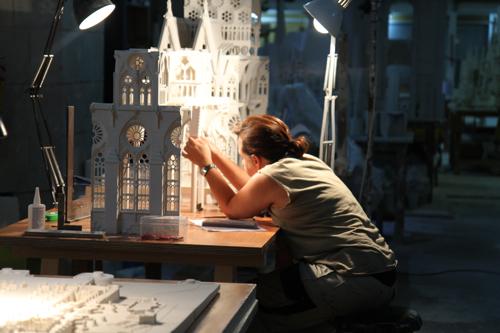 Les concepteurs construisent des maquettes qui seront ensuite copiées grandeur nature .