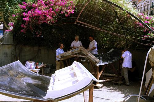 Dans un atelier à l'abri du soleil les ouvriers façonnent les moules préludes à l'assemblage des différentes structures.