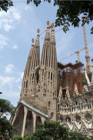 Coté facade de la Passion, inspirée par Gaudi et sculpter par JM Subirachs, terminée en 1954.
