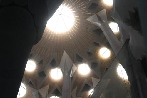 La nef centrale est éclairée par des ouvertures commes des étoiles