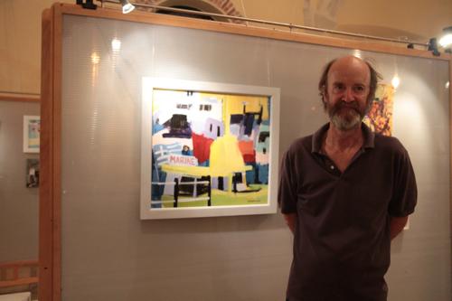 David Macfarlane devant une de ses toiles