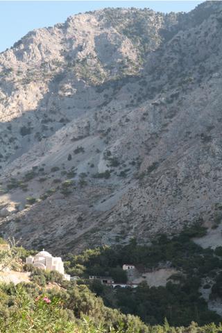 A Zaros, au fond de la vallée d'où surgissent des sources , un monastère resplandissant dans le soleil du matin