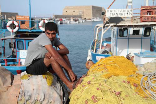 A Héraklion, sur le port, en ce dimanche, nous tentons d'entrer en contact avec ce pêcheur nettoyant ses filets pour partir le lendemain à l'aube.