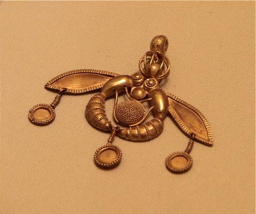 Toujours inspiré de la nature, pendentif en or orné de deux frelons (2000 à 1700 av. JC). Musée d'Héraklion.