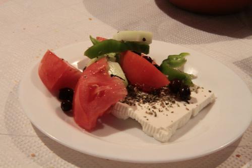 Les petites olives noires spécialités d'Irini Sarry en entrée.