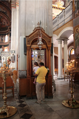 A Héraklion, à la cathédrale Agios Minas (XIX), la piété étonne toujours.