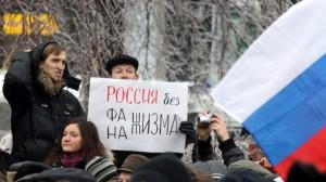 Photo: AFP/Alexey Sazonov  Un homme tient une affiche disant : « La Russie sans fascisme », lors de la manifestation de Moscou.