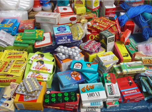 Photo prise sur un marché au Bénin, les médicaments de récupération sont souvent les seuls moyens de se soigner. Les ONG veulent supprimer ce trafic qui provoque une automédication désastreuse, mais ...
