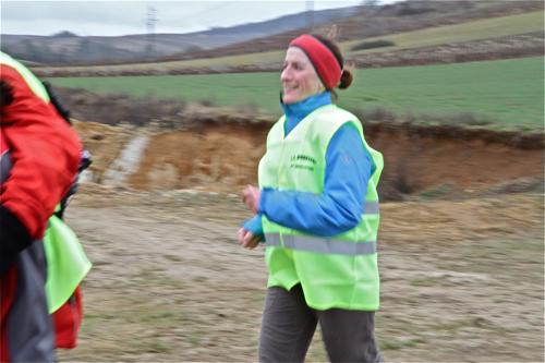 Une marcheuse qui veut terminer ses 58 km  en courant. Il paraît que ça fait du bien !