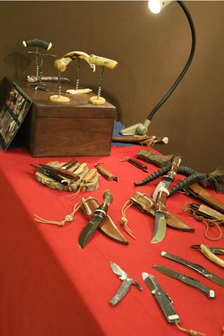 Une partie de la production de Thierry Desnoix de ST Just dans le Cher. Thierry est maître coutelier de Thiers. Il vend sur place et travaille pour plusieurs spécialistes des beaux couteaux.